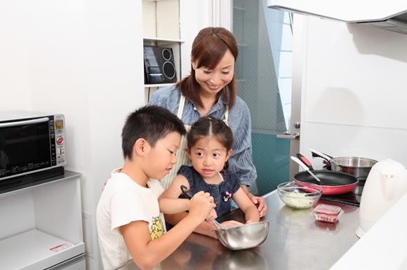 子供と料理する女性