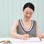 色鉛筆で作業する女性
