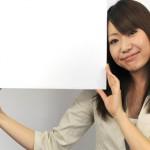 フリップボードを掲げる女性