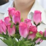 花と女性の胸元