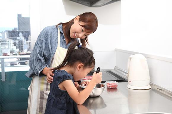 子供と料理する主婦