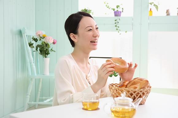 ベーグルを食べる女性