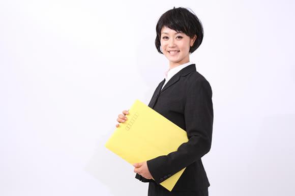 黄色い封筒と女性