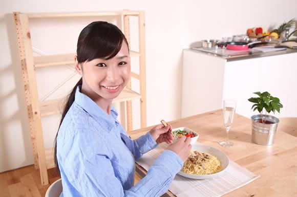 降りけりながら食事をとる女性