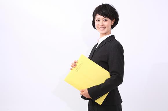 ファイルを運ぶ女性