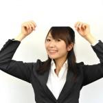 プラカード掲げる女性