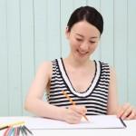 色鉛筆で書く女性