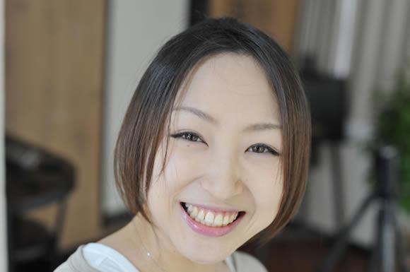前わけ笑顔の女性
