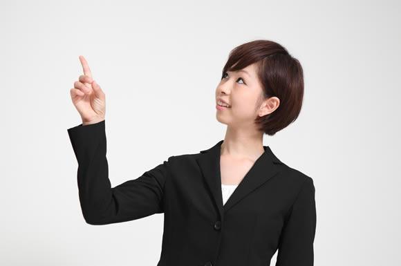 指を立てた女性