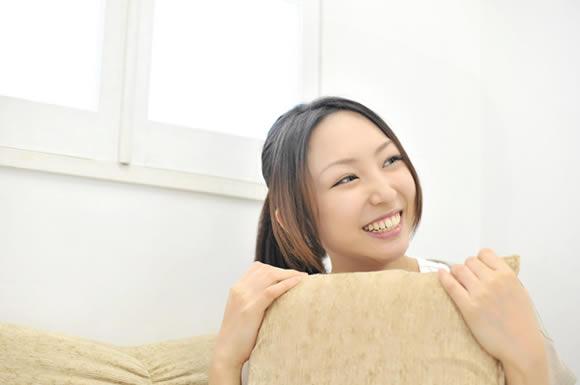 枕握る女性