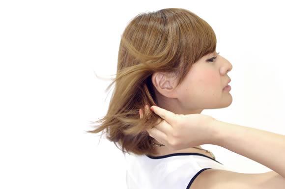 髪を掻き上げる女性