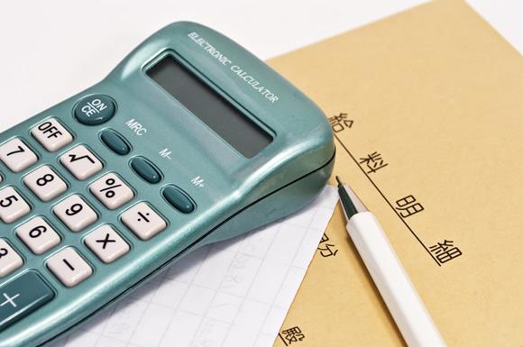 給料明細の封筒と電卓