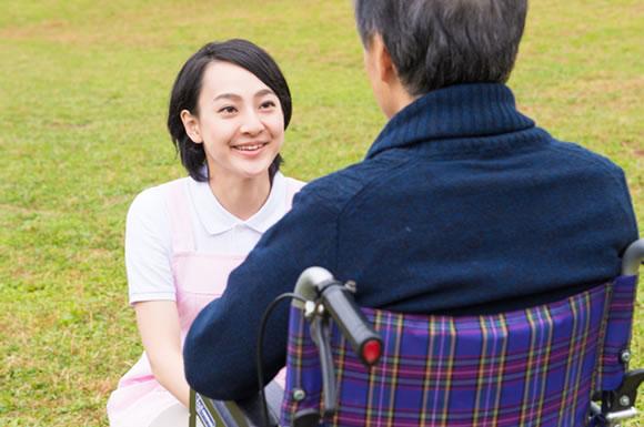 施設で周りと馴染めない利用者への対応方法!介護士が知りたい孤立の理由と対処