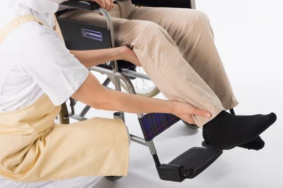 車椅子男性の足元