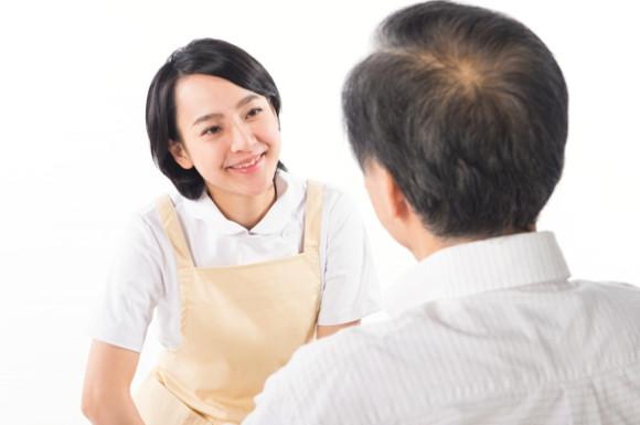 話す男性と介護士