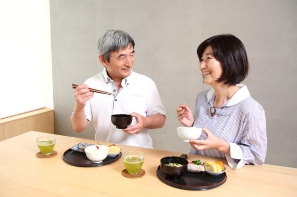 食事を摂る夫婦